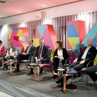 Eduskuntapuolueiden puheenjohtajat keskustelemassa.