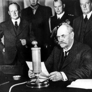 Presidentti Svinhufvud pitää radiopuheen (1936).