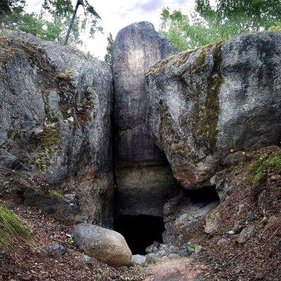 Ingången till Lemminkäinens grotta i Gumbostrand, Sibbo.