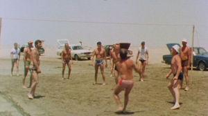 Miehet pelaavat lentopalloa Irakissa vuonna 1980.