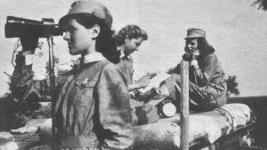 Luftvärnslottor under fortsättningskriget på Kasaberget i Sökö. På bilden syns Beat-Sofie Weber, Erna Holmberg och Tutta Stadig.