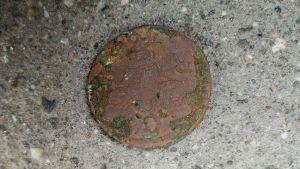 Ett gammalt mynt på marken.