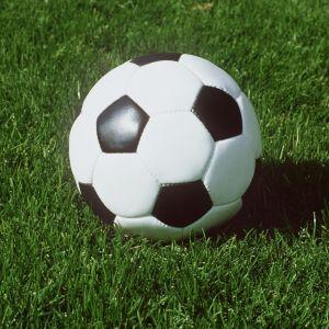 En fotboll på gräsplan.