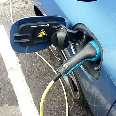 Hybridbil laddar elektricitet