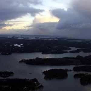 Vy över Åbolands skärgård, taget från luften. Skymnings- eller gryningsljus.