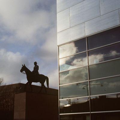 Mannerheimin-patsas Kiasman edustalla ja taustalla Eduskuntatlo 1998.