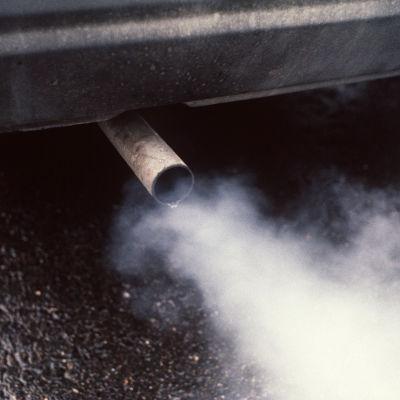 Avgaser från avgasröret på en bil