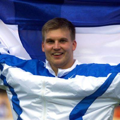 Aki Parviainen med Finlands flagga.
