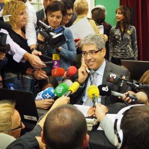 Det regerande partiet CiU:s talesman Francesc Homs deltar i frivilligarbetet och ringer runt och informerar medborgarna om hur valet går till.