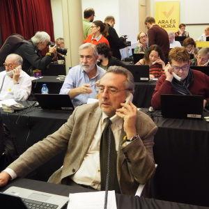 Frivilliga ringer runt om informerar om valet.