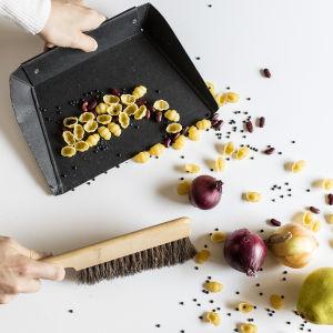 Ruoka-aineita siivotaan pöydältä