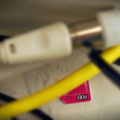 DNA:n logo kortissa johtojen keskellä.