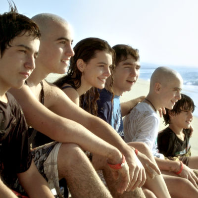 Kuvassa vasemmalta: Mikel Iglesias (Ignasi), Àlex Monner (Lleó), Joana Vilapuig (Cristina), Marc Balaguer (Toni), Igor Szpakowski (Jordi) ja Nil Cardoner (Roc)