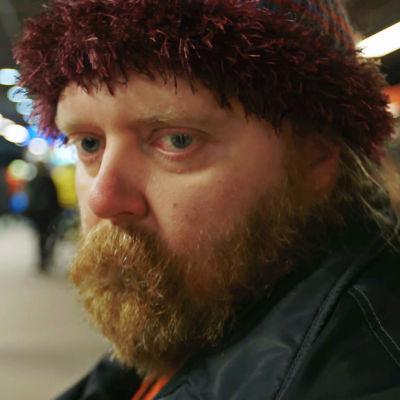 Sami istuu metroasemalla.