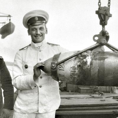 Sankaritarina  syntyperältään suomalaisesta Aksel Bergistä, joka eteni Neuvostoliitossa kansanvihollisesta puna-armeijan amiraaliksi, akateemikoksi ja ministeriksi.