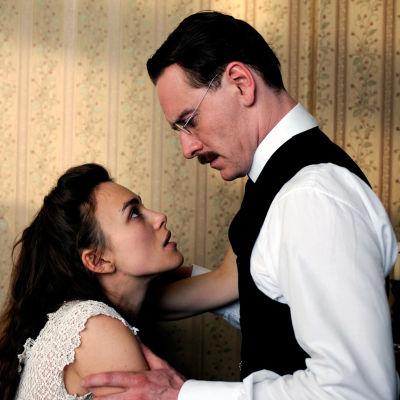 Keira Knightley (Sabina Spielrein) ja Michael Fassbender (Carl Jung) elokuvassa Vaarallinen metodi