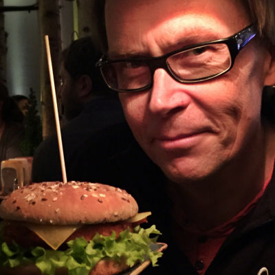 Kaj Arnö håller fram en vegetarisk hamburgare.