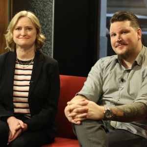 Catharina Candolin och Benjamin Särkkä sitter i Efter Nios röda soffa.