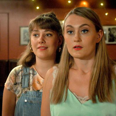 Esther (Mathilda Kruse) och Linda (Vivi Lindberg) i närbild.
