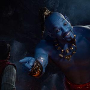 Anden i lampan (Will Smith) tittar finurligt på Aladdin.
