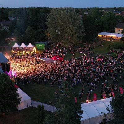 Tusentals människor på den första Raseborgsfestivalen i juni 2019.