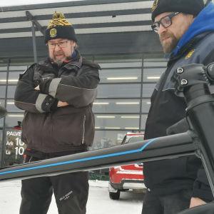 Kepa Sipponen tutkii Toni Forsblomin kanssa sähköavusteista polkupyötää.