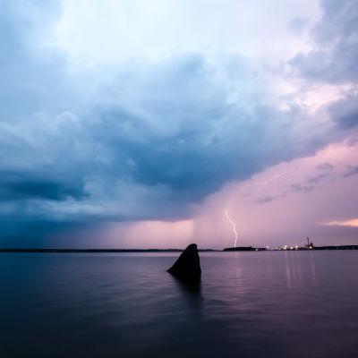 Två blixtar som slår ner vid Sunnanvik i Vasa.