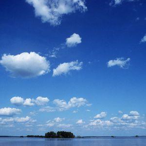 Pilviä kesäpäivänä järven yllä