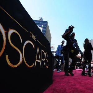 Media valmistautuu Oscar-gaalan alkuun punaisella matolla.