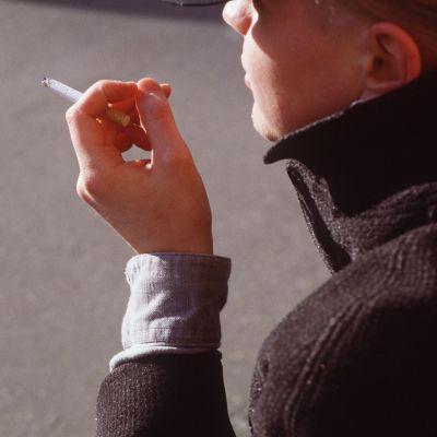 En man röker