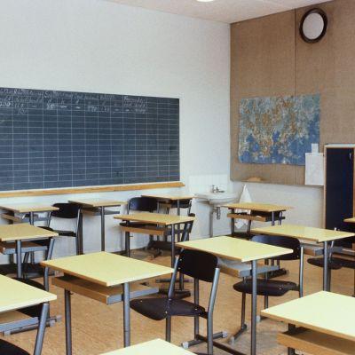 Tomma pulpeter i ett klassrum