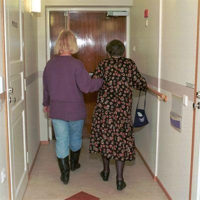 En äldre dam får hjälp