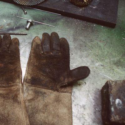 Handskar på tomt bord