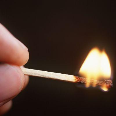 Tändsticka brinner