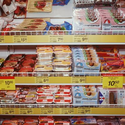 Ju mer processad maten är, desto mer tillsatsämnen innehåller den. Bild: Yle/Derrick Frilund