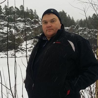 Tapani Koivutalo lumisella uimarannalla