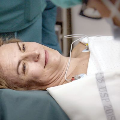 nainen hymyilee leikkauspöydällä