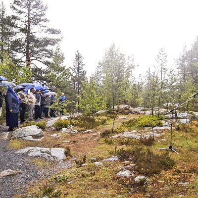 Suomen lipun nosto juhannusaattona 22. kesäkuuta.