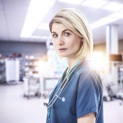 Neliosainen brittitrilleri Voit luottaa minuun kertoo sairaanhoitajasta, joka ottaa lääkärin identiteetin. Pääroolissa Jodie Whittaker