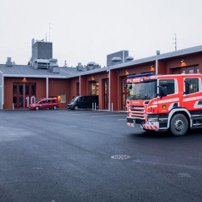 Paloauto Kangasalan uuden paloaseman pihalla