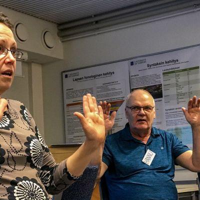 Kuorojohtaja Kaisa Tienvieri ohjaa Parkinsonin tauti -potilaiden lauluryhmää