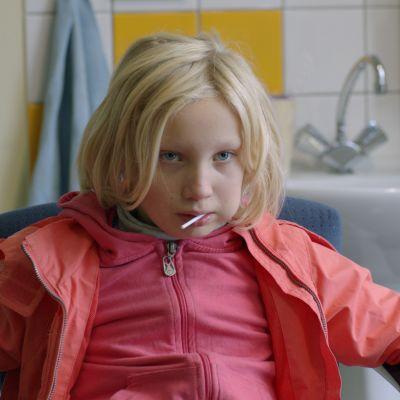 Helena Zengel näyttelee 9-vuotiasta Benniä, jolle byrokraattinen järjestelmä ei löydä oikeaa paikkaa.