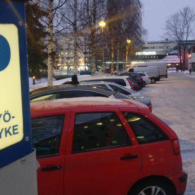 Pysäköintiautomaatti Oulun keskustassa talvimaisemassa.