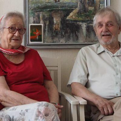 Eine Koskinen ja Esko Raitanen istumassa vierekkäin katsoen kameraan.