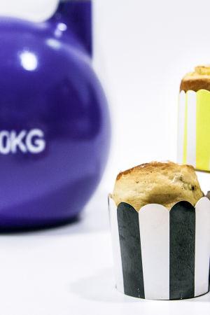 Pullia eri värisissä leivontavuoissa ja kahvakuula niiden taustalla.