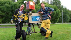 Jim Björni och Jontti Granbacka vid färdig robot på Strömsö