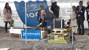 På fredagseftermiddagen murades grundstenen för informationscentret Världsarvsporten. På bilden styrelseordförande Erik Sjöberg i färd med att mura grundstenen.