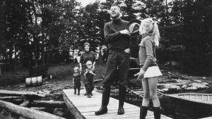 Familjen Henrik och Märta Tikkanen i Barösund sommaren 1966.