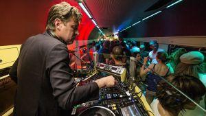 En nattklubb ombord på ett nattåg.