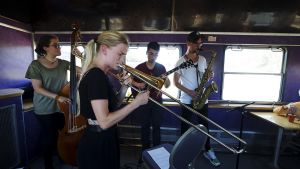 Jazzmusiker spelar i ett tåg.